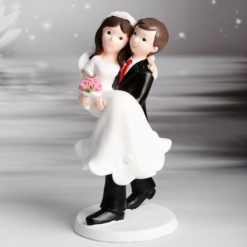 Kaketopp bryllup - Brudgom bærer brud